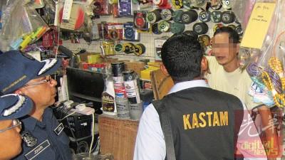 苏克里及佐哈里(左1及2)及执法人员突袭一间小五金商店,并向业者开出罚单。