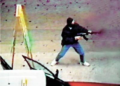 当年手持AK47连环打劫金行,与警驳火的经典场面,叶继欢由始至终否认是照片中人。