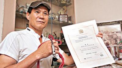 1984年扮买家,向叶继欢买贼赃的李光明,展示曾获颁港督最高嘉许状。