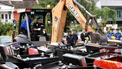 韩查操作铲泥机,销毁起获的赌博机。