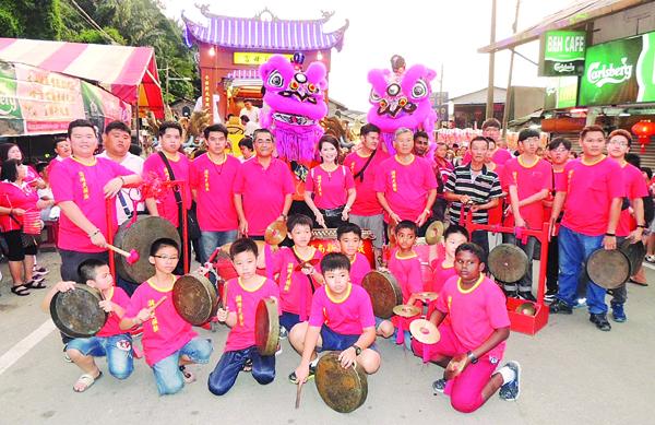 武吉淡汶敬群校友会潮州大鼓队新阵容出击。