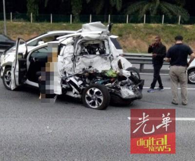 肇祸本田轿车被撞得毁坏不堪。