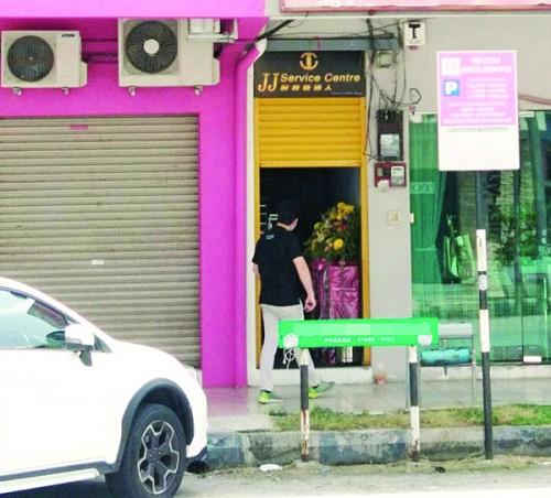 位于新都商业区的分行连续两天已经有30多人登门,为亏损的户头填写资料。
