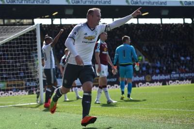 伦尼在踢进曼联第二球之后庆祝。