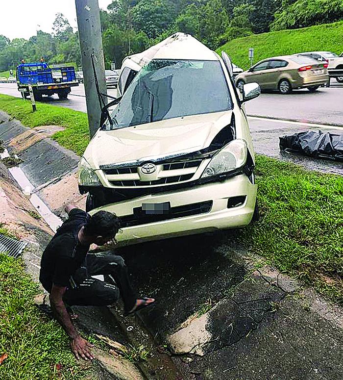 休旅车大道上撞向路牌柱子,酿1死1伤。