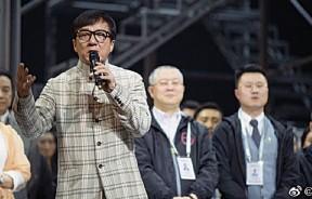 成龙在音乐剧《我是成龙》首演结束后致词。