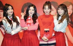 Red Velvet一出场,现场气氛瞬间高涨,粉丝的尖叫声与欢呼声几乎盖掉成员们说话的声音。左起为Yeri、Irene、Seulgi及Wendy。