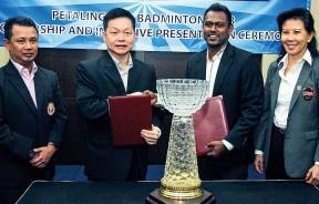 张忠华(左2)和摩诺古玛签署赞助协议后握手。