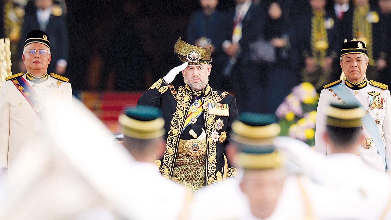 苏丹莫哈末五世在正副首相的陪同下出席加冕仪式。