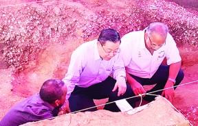 首长林冠英与拉玛沙米前往威北瓜哥巴聆听莫达赛汀汇报出土近5000年的新石器时代史前遗迹。