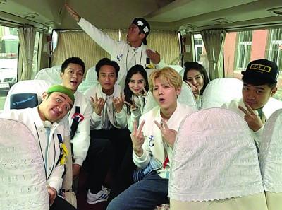 Angelababy(中排右二)重回《奔跑吧》,与成员们一起进行录影。