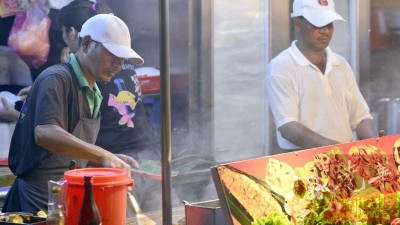 凡在威省市政局管辖内的公共巴刹、饮食中心及路边摊业者,一律不得聘用外籍劳工。(档案照)