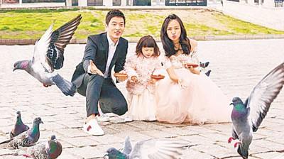 宥胜带蕾蕾、蕾妈一起在土耳其巴耶塞特清真寺广场前拍婚纱照。