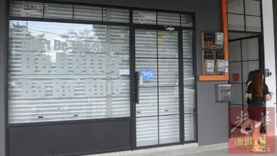 数名会员前往该办公室登记,以便索回本金。