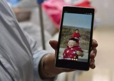 涵涵的弟弟在上海留医,右手3只手指被砍断,颈部多处砍伤。