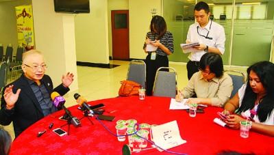 魏家祥(左)当记者会上提醒民众要维持警惕,无受金钱游戏之害。