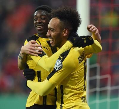 多蒙特的进球功臣奥巴梅扬(右)和登贝莱(左)互相拥抱庆祝球队胜利。