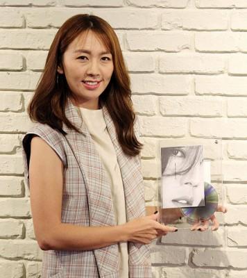 Aki黄淑惠表示,看到专辑的歌词本时很感动,她说歌词本中的女儿的照片以及女儿画的画是她快乐的泉源。