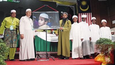 """伊斯兰党宗教司协商理事会主席哈欣雅欣(左2)也""""解放罗兴亚人""""走主办推介。"""