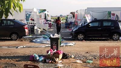 风灾后,灾场一片散乱,干活人员忙着清理场地。