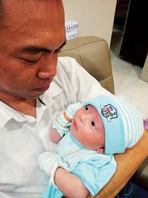 已经育有3个女儿的杨式丰,今年2月再迎来与妻子的第四名孩子。
