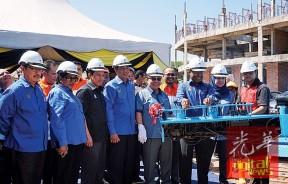 赞比里(右3)周二为大马公司委员会(SSM)霹州大厦建筑物主持动土礼,左2起为登嘉斯华丽、查米尔、阿都布哈、享利松艾贡及查拉。