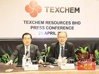 德建资源集团执行主席丹斯里小西史彦(左)向媒体发表谈话,右为该集团首席执行员陈源辉。