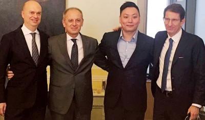 左起:法索内、佩莱格里诺、韩力与菲宁维斯特业务发展经理弗兰佐西在签署仪式结束后合影。