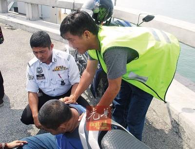 阿香与警员安抚跳海青年的情绪。