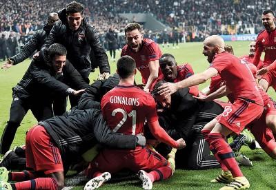 里昂全队庆祝晋级一刻。