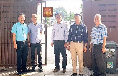 光华学校三机构代表(左起)拿督谢和平、王声捷、廖宏康、吴金桔及洪亚福向本报记者指该名可疑中年男子是经过此门接近等待家长的学生。