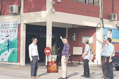 光华学校三机构代表向记者展示,校内这架高清闭路电视清楚摄录整个事发过程。