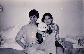 嘉平在威理斯理学院的宿舍中,与我和她心爱的熊猫。