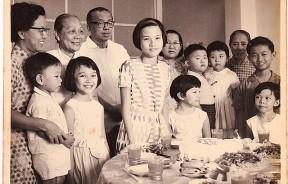 嘉平温馨而幸福的童年:图为她15岁生日切蛋糕前与家人合影。