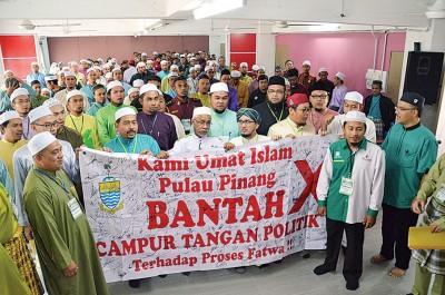 伊党强烈不满槟州政府干预伊斯兰裁决理事会事务,在伊青团大会上签名抗议。