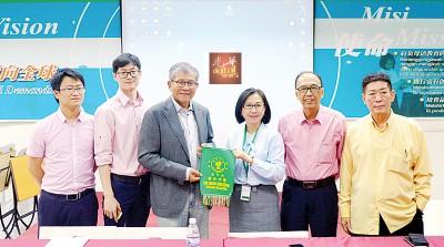 江美俐赠送纪念锦旗给许廷忠(左3);右起王礼祥、邓国彬;左起黄少华及魏文龙。