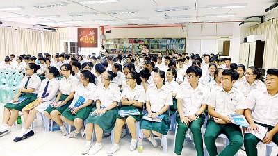 约百名高中部学生出席聆听中国厦门升学机会。