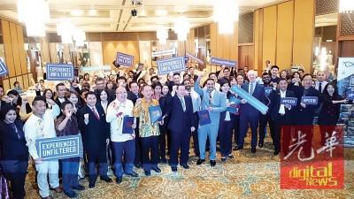林冠英(中)在槟州国际会议及展览局所举办的第二辑《槟城会议规划指引》推介礼上,与出席的商业代表们一同推介该书册。