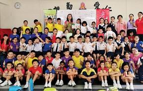 公民总校65名学生参加剪辑比赛,姜宣卉、杨慧伃、吴茵洁得特优奖,与副校长萧慧燕和曾薏君合照。
