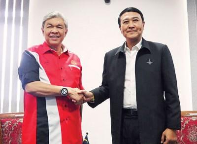 阿末扎希(左)会见泰国国防部副部长武东德西达布,双方互相握手问候。