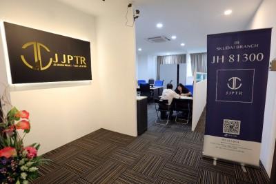 关闭5天之后,JJPTR新山办事处周五终于重新开门营业,协助未回本的投资者填写表格。