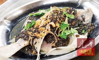让你食指大动的豆豉清蒸金凤鱼。