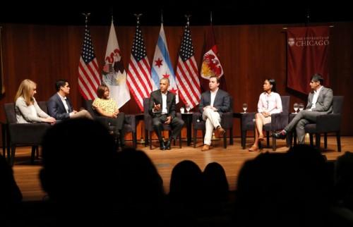 欧巴马(中)与青年举行座谈会。