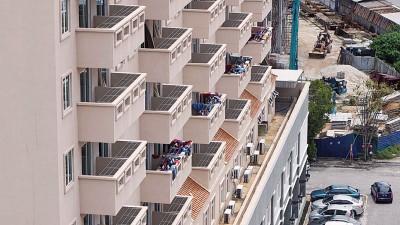 阳台上晒满衣服及裤子。
