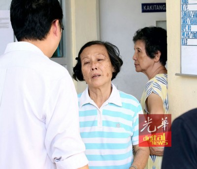 老妇6名至亲去世,非常伤心。