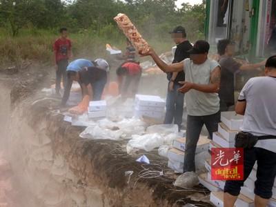 起居民拍到广大搬运工人拿冷冻鸡翅丢入空地,冷烟回。