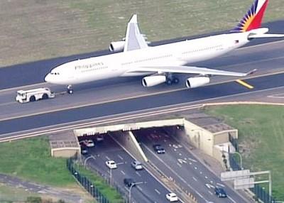 客机降落后被拖离跑道。