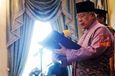 敦阿都拉曼阿巴斯读出宣誓书。