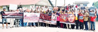 吉打港口渔村居民连同反对党领袖一起拉横幅举行和平纠察。