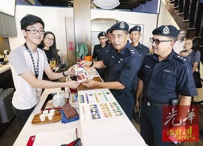 拉尼警监(右2)以及罗斯林助理警监(右) 步入何人可博物馆派发小册子。左2也博物馆经理吴晨圆。